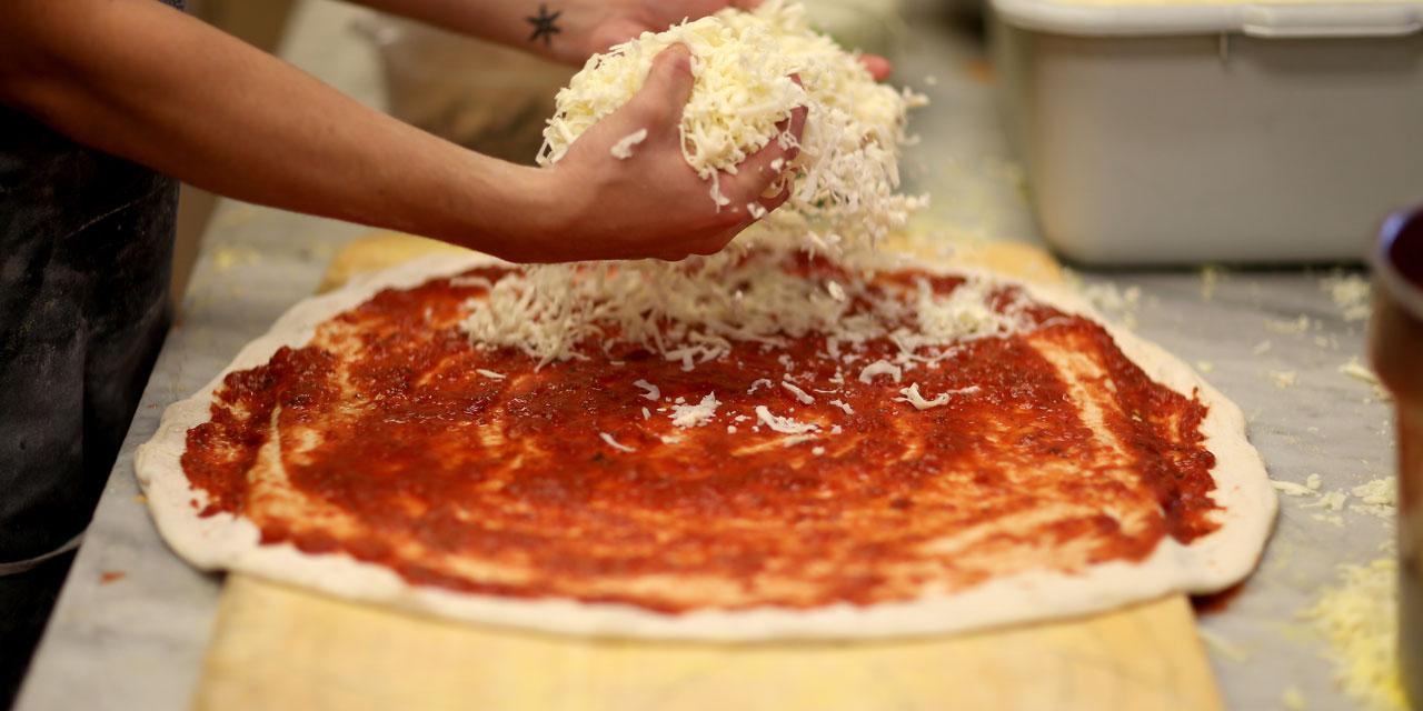 Lhomme qui préfère la pizza vins